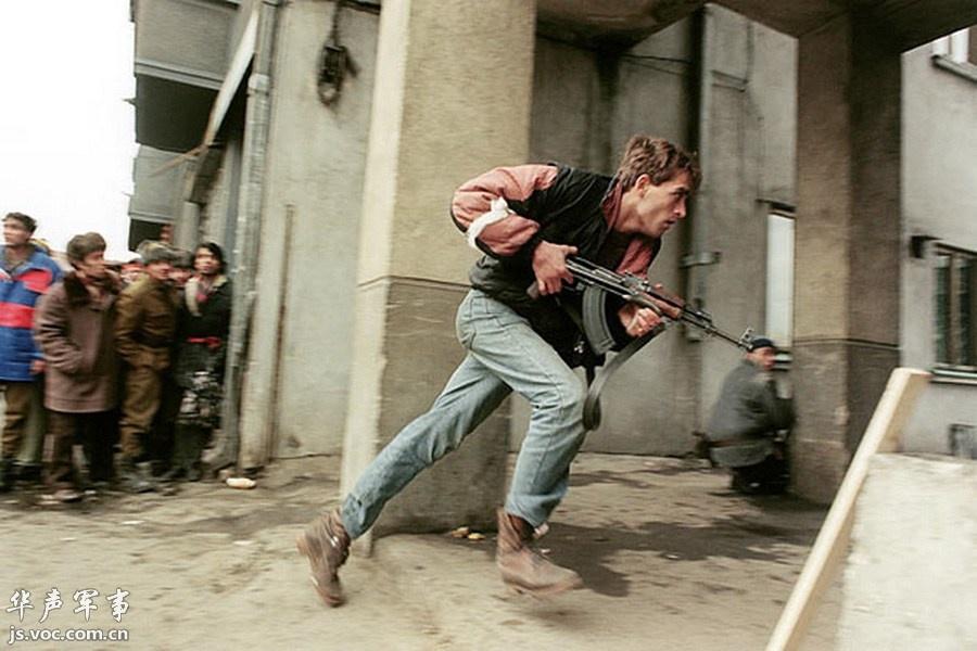 1989年,罗马尼亚,布加勒斯特。具有极大历史讽刺意义的一幕,在罗马尼亚推翻专制独裁者尼古拉·齐奥塞斯库运动期间,这位平民手持AK47追捕秘密警察